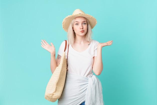 Bella donna bionda che si sente perplessa, confusa e dubbiosa. concetto di estate