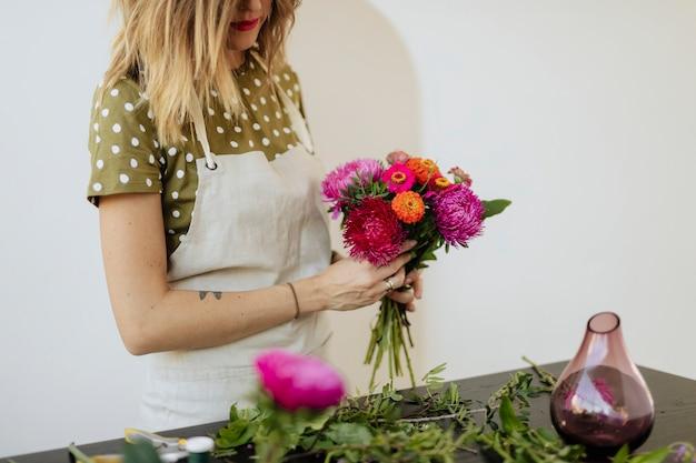 Donna bionda che fa un mazzo di fiori