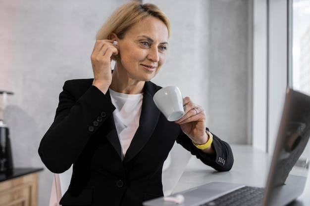 Donna d'affari bionda al lavoro