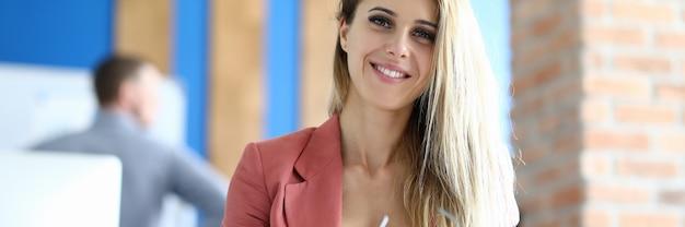 Ritratto biondo dell'ufficio della donna di affari. concetto di formazione aziendale,