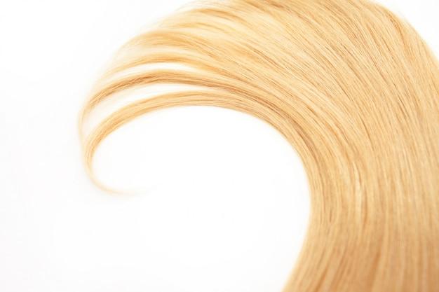 Capelli biondi dei riccioli isolati. ciocca di capelli biondi, cura dei capelli, cura dei capelli