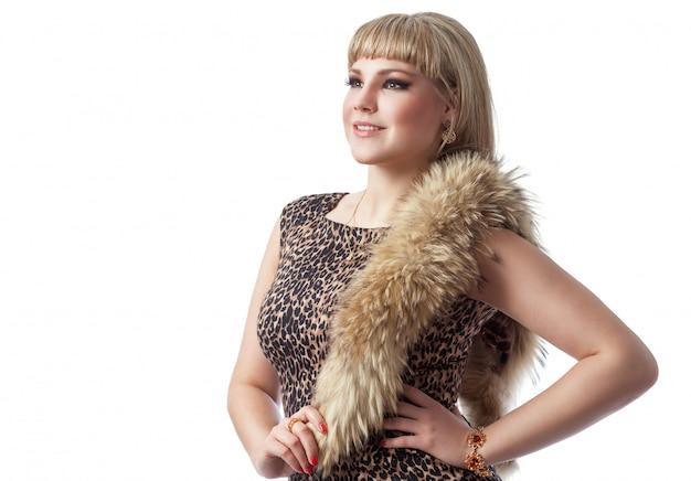 Ragazza bionda in abito leopardo con pelliccia