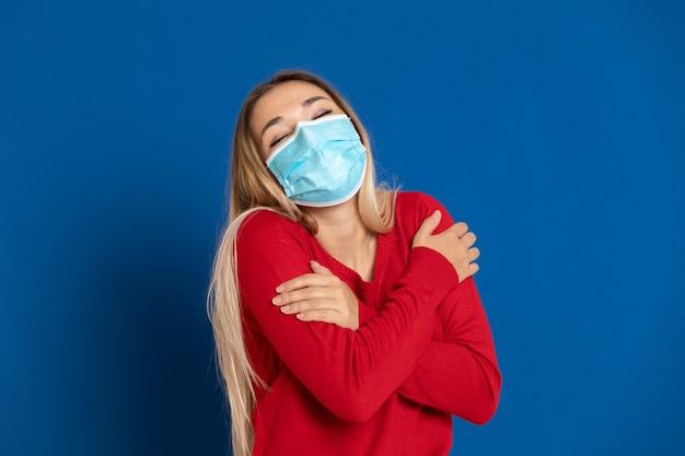 Ragazza bionda che indossa una maschera
