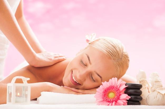 Signora bionda che si gode i massaggi al centro benessere
