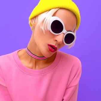 Modella bionda in accessori moda