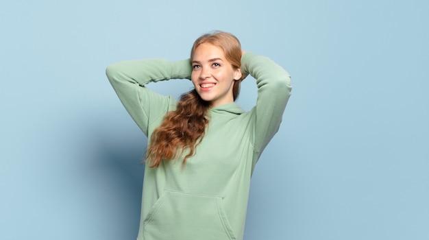 Bella donna bionda sorridente e sentirsi rilassata, soddisfatta e spensierata, ridendo positivamente e agghiacciante