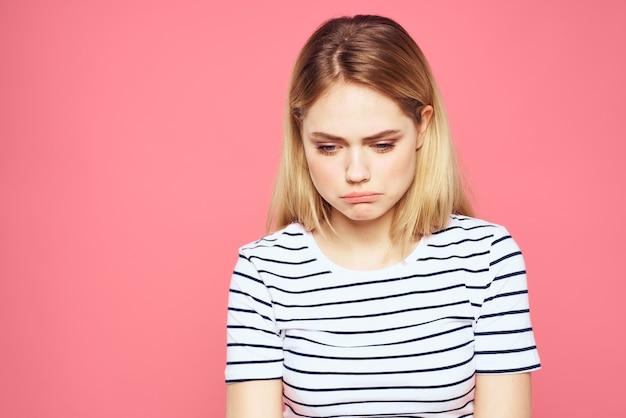 T-shirt a strisce bionda emozione gesto mani dispiaciuto espressione facciale isolata