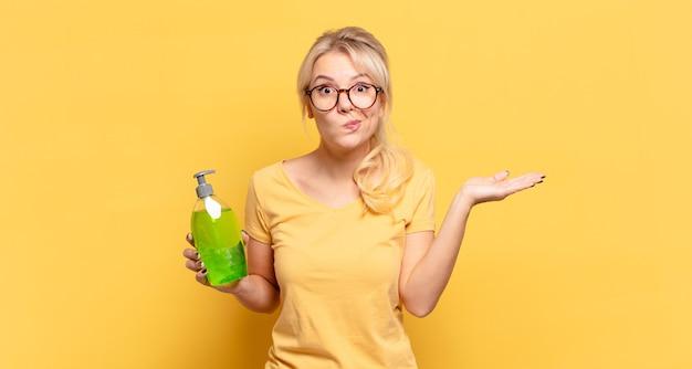 Donna bionda che si sente perplessa e confusa, dubbiosa, ponderata o scegliendo diverse opzioni con un'espressione divertente