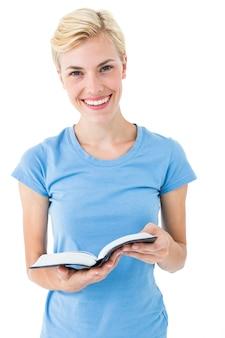 Donna bionda che tiene la bibbia e guardando la fotocamera