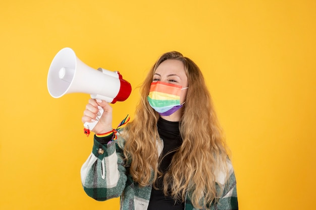 Donna bionda che protesta giorno del gay pride lgbt