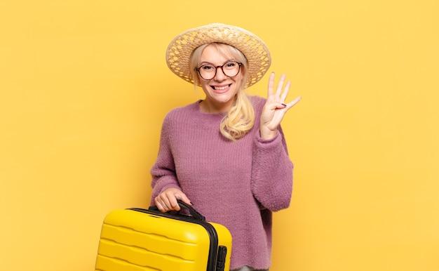 Donna bionda che sorride e sembra amichevole, mostrando il numero quattro o quarto con la mano in avanti, contando alla rovescia