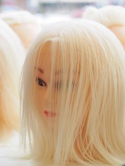 La testa finta di blondie. parrucche sulle teste dei manichini. concetto di bellezza.