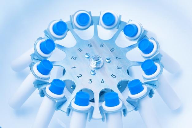 Sangue in provette per la preparazione del plasma ricco di piastrine da centrifuga con sangue nell'immagine tonificata blu da centrifuga