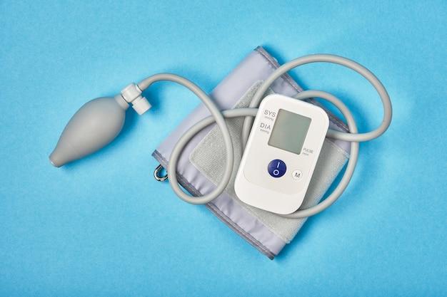Monitor della pressione sanguigna su sfondo blu copia spazio vista dall'alto