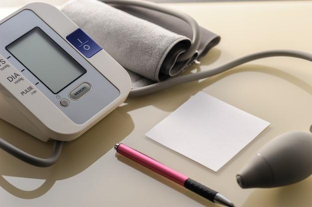 Sfigmomanometro con foglio per appunti