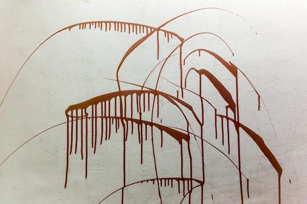 Schizzi di sangue sul muro bianco sullo sfondo