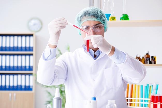 Analisi del sangue in laboratorio con un giovane scienziato