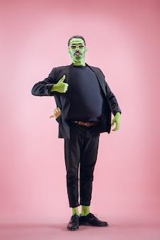 Tema di halloween insanguinato: la faccia pazza del maniaco su sfondo rosa dello studio