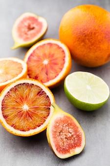 Sanguinose arance siciliane e fichi. profondità di campo.