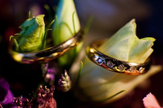 Fiore e fedi nuziali