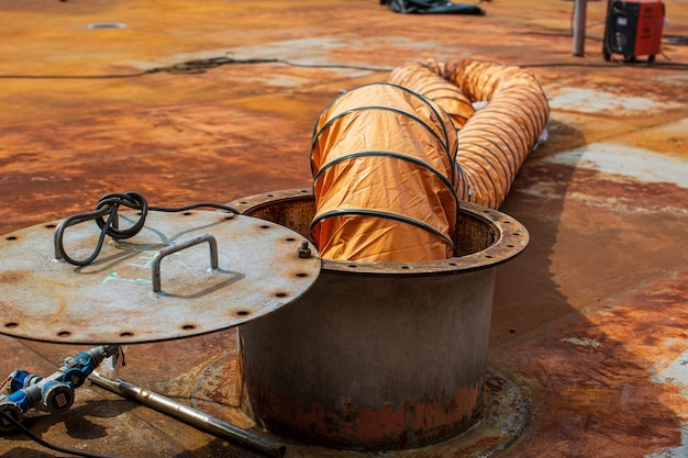 Soffiare aria fresca nello spazio limitato del serbatoio di stoccaggio dell'olio