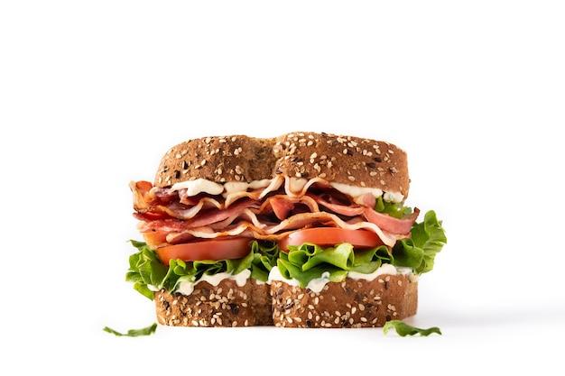Sandwich blt con pancetta lattuga e pomodoro isolato