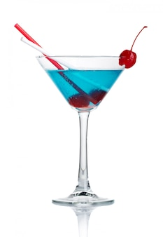 Cocktail dell'alcool blu in vetro del martini isolato
