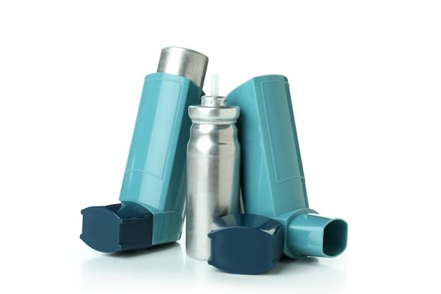 Inalatori per l'asma blu isolati su sfondo bianco