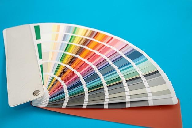 Su uno sfondo blu disposti modelli multicolori isolati. idea di design