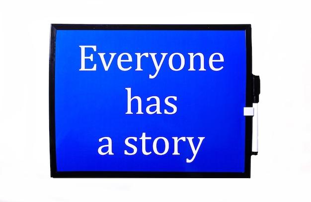 Su sfondo blu una scritta bianca tutti hanno una storia