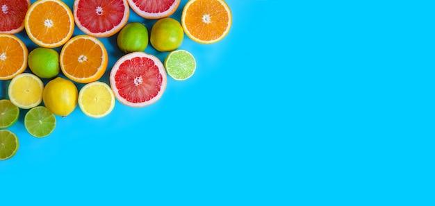 Sfondo blu con diversi agrumi affettati