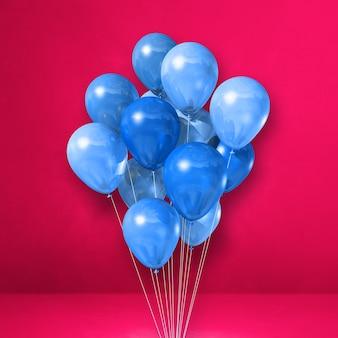 Mazzo di palloncini blu su una parete rosa