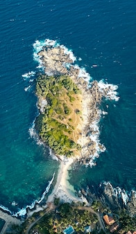 Blue beach island nilwella. vista aerea della costa sud dell'isola dello sri lanka