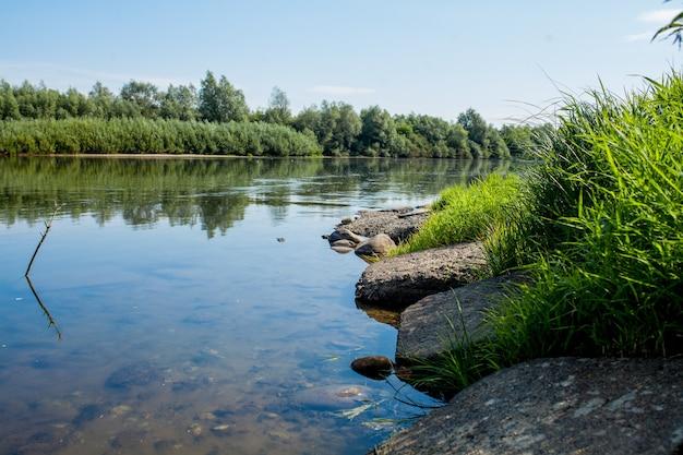 Bel cielo blu sullo sfondo del fiume le nuvole sono visualizzate in acque calme