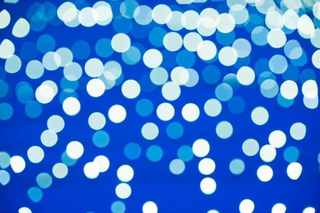 Le luci natalizie sfocate blu possono essere utilizzate per lo sfondo