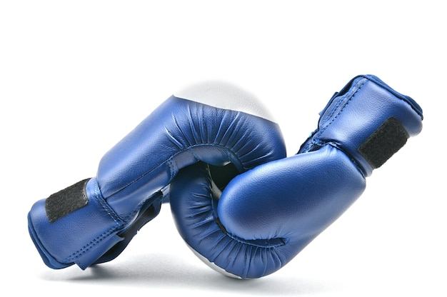 Guantoni da boxe blu su uno sfondo bianco isolato