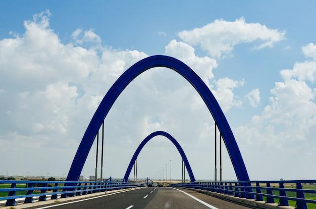 Ponte blu sull'autostrada