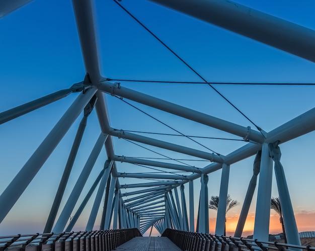 Primo piano blu del ponte strallato, architettura astratta del ponte