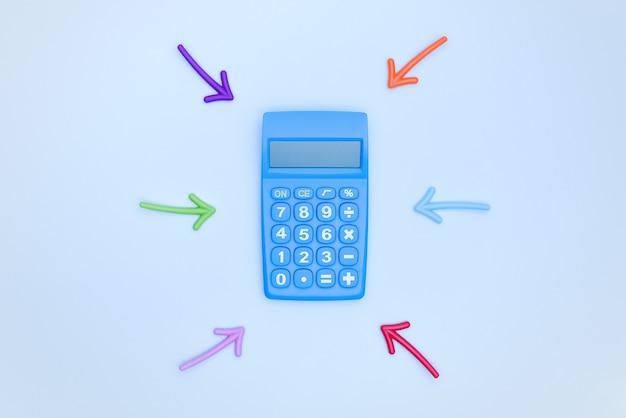 Una calcolatrice blu e frecce multicolori che la puntano su uno sfondo blu