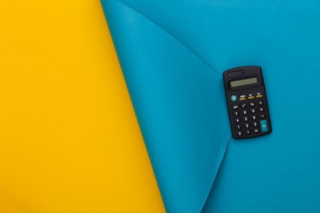 Calcilatore blu su giallo blu. copia spazio