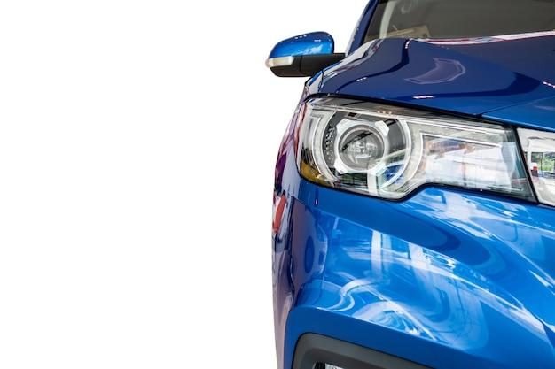 Vista frontale dell'auto blu isolata su sfondo bianco