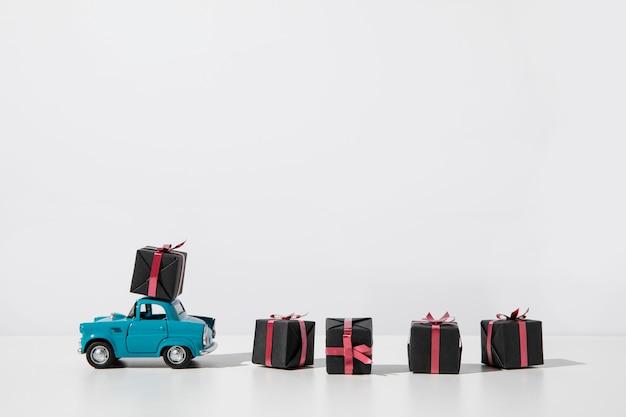 Giocattolo auto blu con scatole regalo