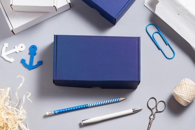 Scatola di cartone blu sulla scrivania in ufficio, concetto navy