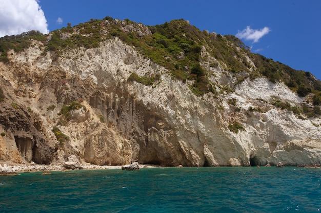 Grotte blu lungo la costa dell'isola di zante, grecia