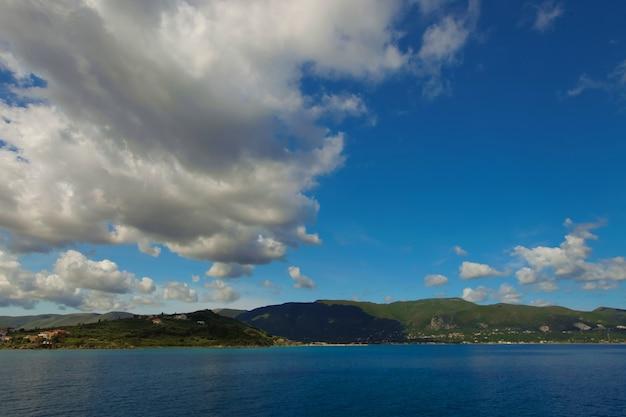 Grotte blu lungo la costa dell'isola di zante, grecia Foto Premium
