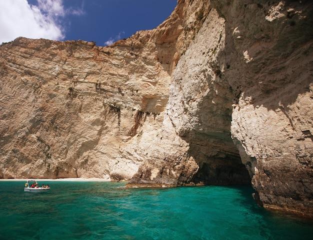 Grotte blu sull'isola di zante, grecia