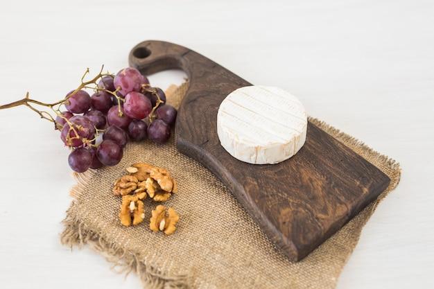 Formaggio erborinato o brie con uva e noci.