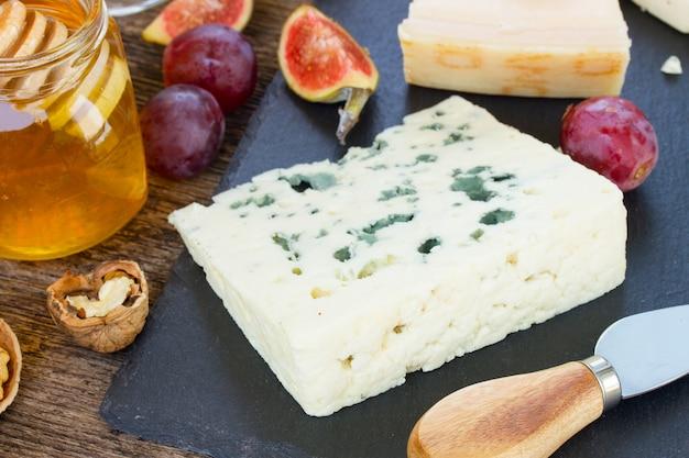 Dessert di formaggio blu con miele, noci e fichi