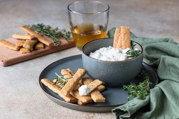 Condimento di formaggio blu o salsa di salsa con bastoncini di biscotti al rosmarino e pan di zenzero.