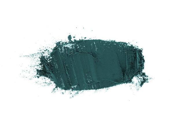 Polvere di argilla blu su sfondo bianco